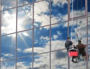 Výškové mytí oken pomocí horolezecké techniky