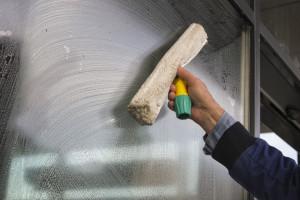 Mytí oken pomocí horolezců