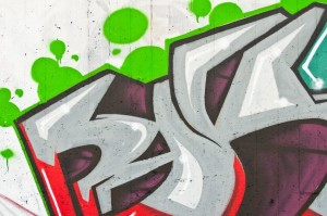 bílá stěna s graffiti