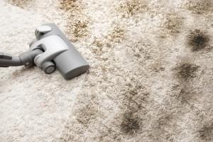 odstranění zašlapané špíny z koberce