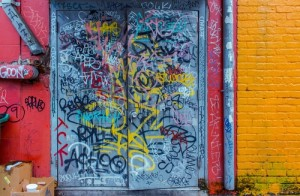 posprejované dveře skladů