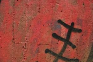 graffiti na probarvené omítce